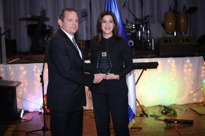 Rydder Fong Castillo, CEO y directora general de MAPFRE NICARAGUA recogió el galardón Excelencia en Servicios del año 2017