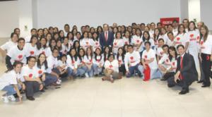 Antonio Huertas, presidente de MAPFRE, rodeado de Voluntarios Perú